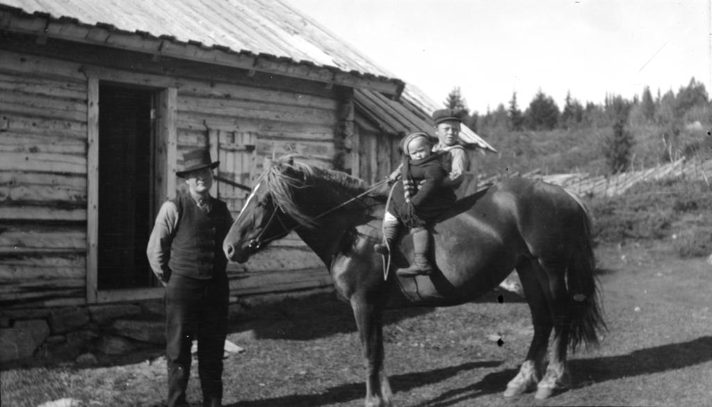 Halgrim, Sigrid og Ivar Treverket 1919.