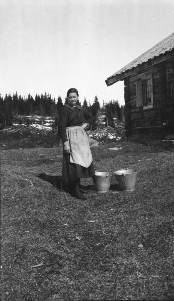 Gunhild Stake henter vann på Brautemo 1919. Golsfjellet i Hallingdal.