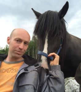 Aslak Botten til venstre, en hest til høyre.