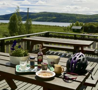 Rømmegrøt og saft på Langestølen ved Tisleifjorden - et høydepunkt på sykkelturen rundt Tisleifjorden. Gol, Golsfjellet, Stølsviddene, Valdres, Hallingdal, Hemsedal. Foto: Birgit Haugen