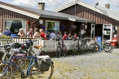 Langestølen ved Tisleifjorden på Stølsviddene i Valdres. Et naturlig stoppested på sykkelturen din. Foto: Birgit Haugen